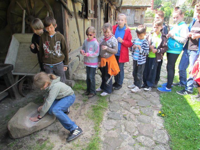 Dzieci podczas warsztatów z wypieku chleba w skansenie w Nadolu