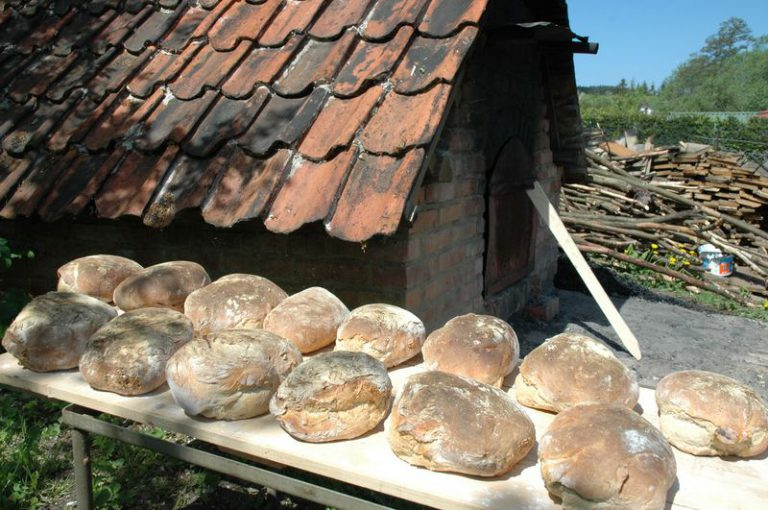 Bułki przygotowane podczas warsztatów z wypieku chleba po wyjęciu z pieca chlebowego