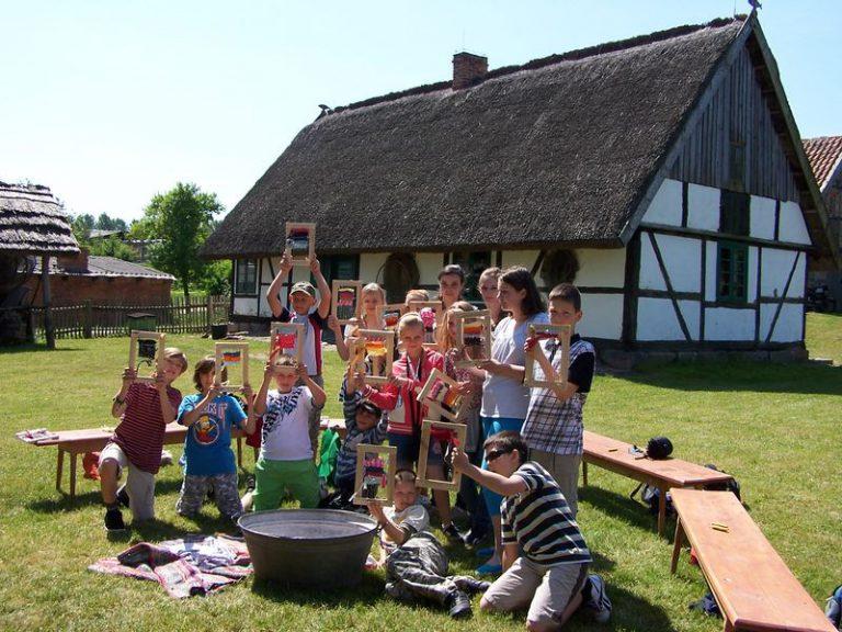 Dzieci podczas warsztatów tkackich w skansenie w Nadolu