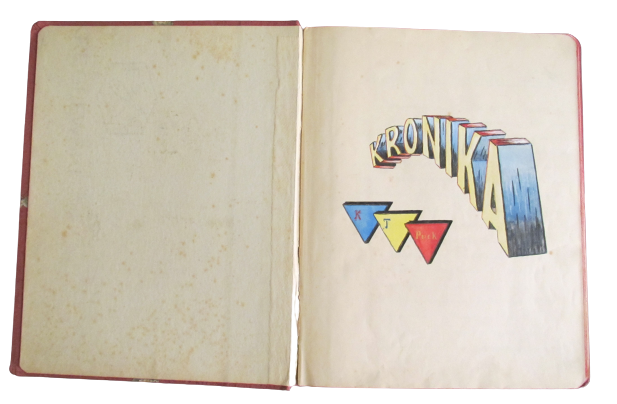 Strona tytułowa Kroniki Klubu Tenisowego Puc. Na stronie widnieje ręcznie wykonany, cieniowny napis kronika w kolorze żółtym. Pod napisem znajdują się trzy trójkąty w kolorach niebieskim trójkątem w górnym lewym rogu, z żółtym trójkątem z literką T w górnym lewym rogu oraz czerwonym trójkątem z napisem Puck w górnym lewym rogu.