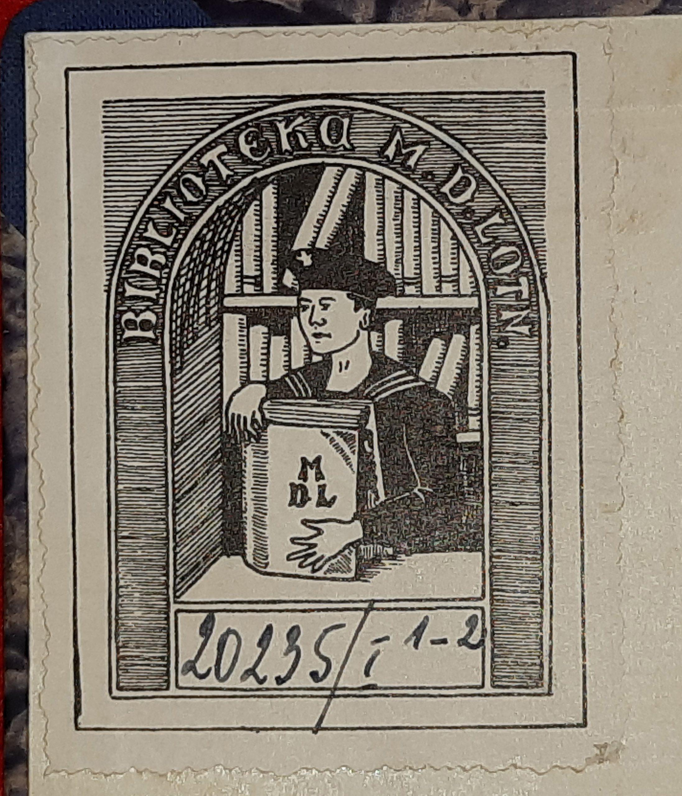 Czarnobiały ekslibris Biblioteki Morskiego Dywizjonu Lotniczego. Ekslibris składa się z napisu Biblioteka M.D.LOTN. pod napisem widoczna jest rycina stojącego marynarza w czapce, który w dłoniach trzyma książkę. Za marynarzem znajdują się półki z książkami. Pod ryciną wypisany jest numer inwentrzowy książki: 20235/I 1-2 .