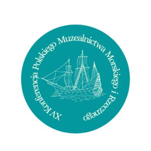 Logo XV Konferencji Polskiego Muzealnictwa Morskiego i Rzecznego. Logo ma kształ okręgu z błękitnym wypełnieniem. We wnętrzu loga znajduje się szkic kogi w białym kolorze. Całośc okala biały napis: Xv Konferencja Polskiego Muzealnictwa Morskiegi i Rzecznego