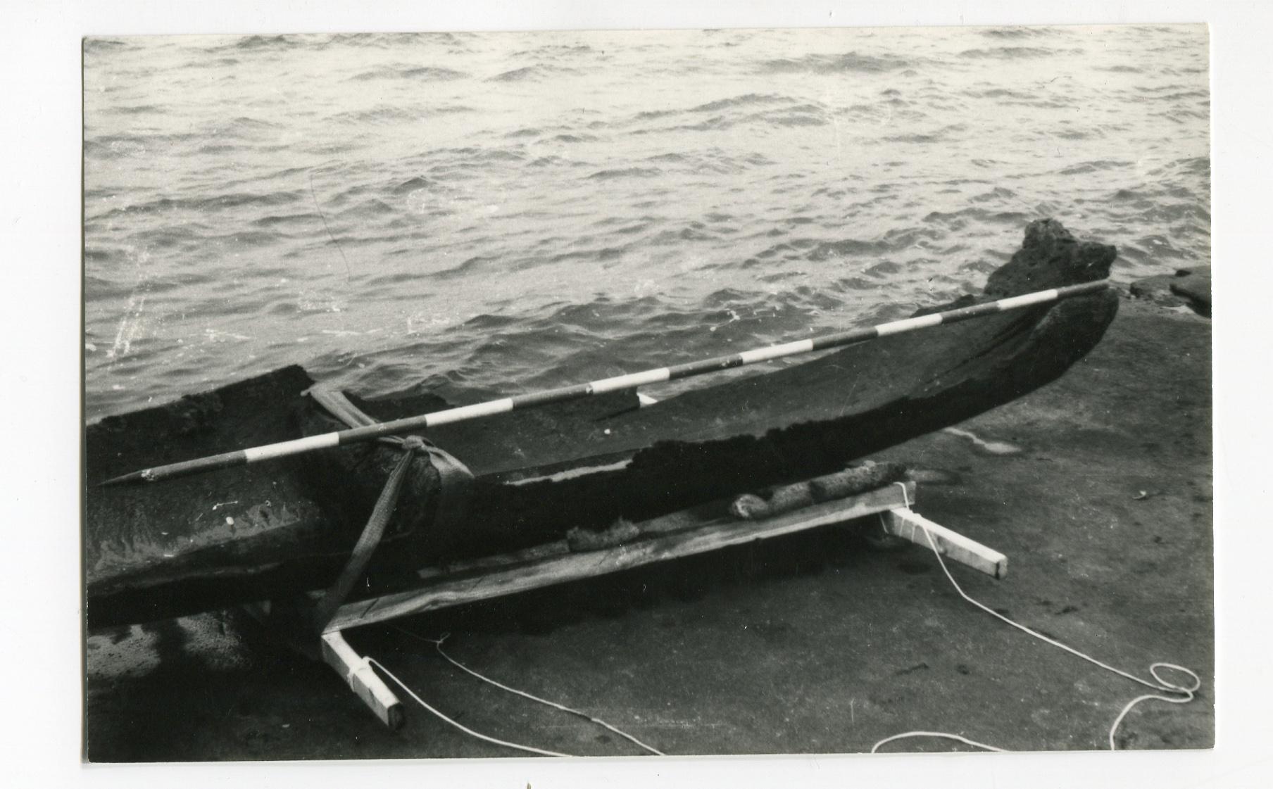 Wydobyta dłubanka w 1989 r., nabrzeże w Puckich zakładach Mechanicznych w Pucku, fotografia z archiwum Muzeum Ziemi Puckiej.