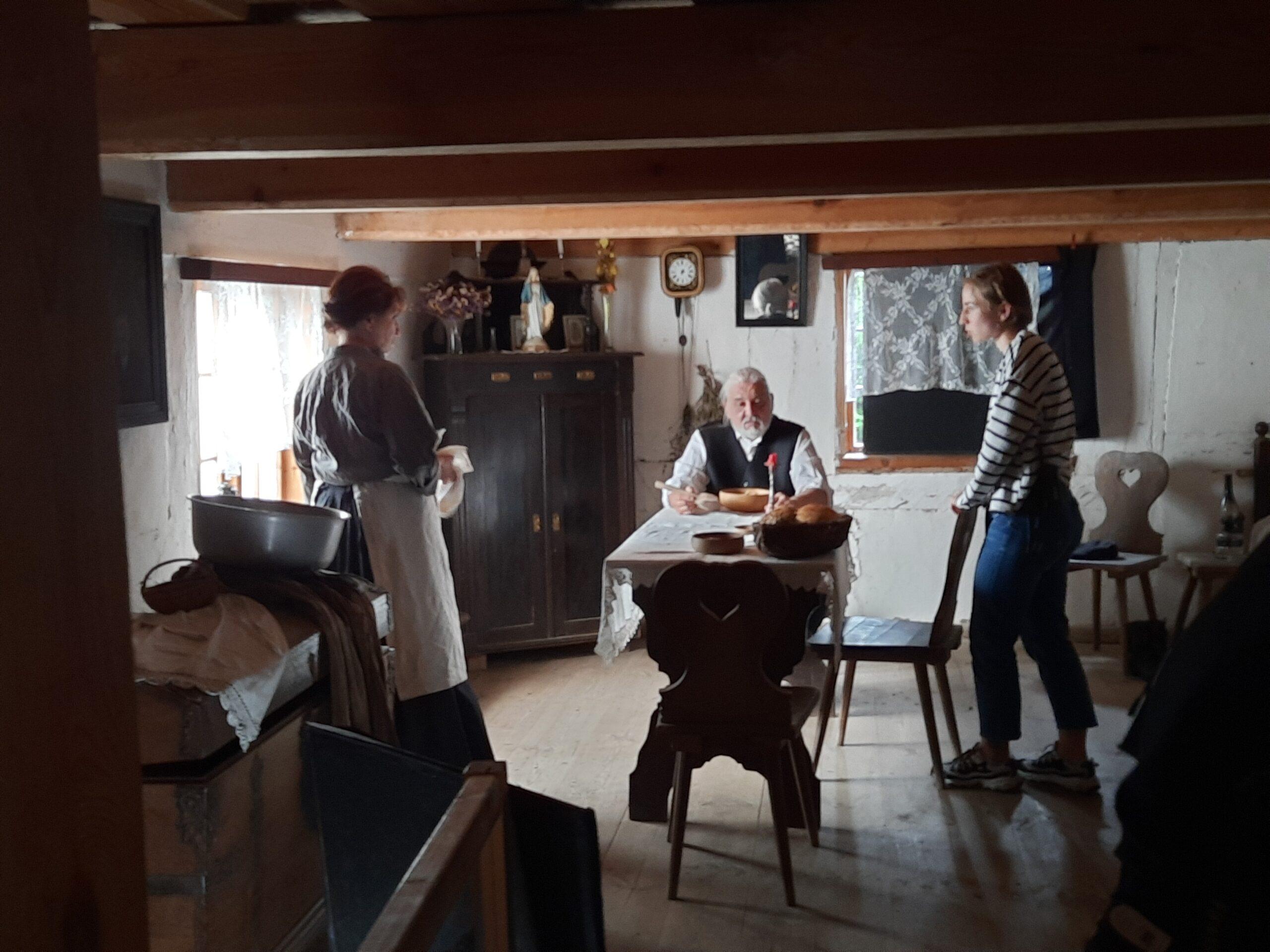 Fot. 2 Wskazówki reżyserskie. Od lewej: Ewa Gierlińska, Tomasz Fogiel, Diana Szczotka, 2021 r., fot. J. Grochowska.